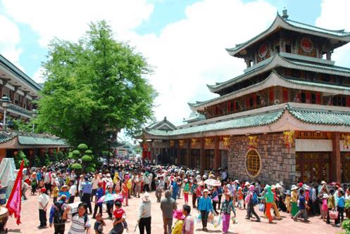 Rất đông du khách đến với miếu Bà Chùa Xứ - An Giang