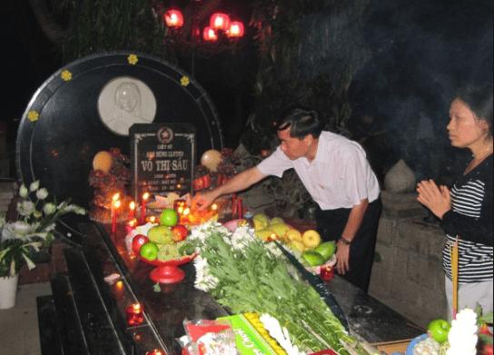 Hình ảnh du khách tới thắp hương mộ chị Võ Thị Sáu
