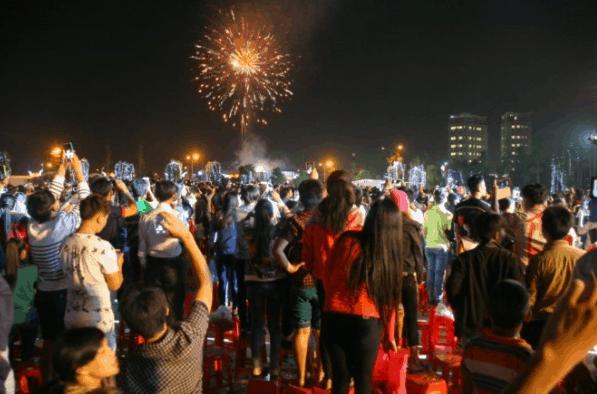 Hình ảnh người dân đổ xô đi xem bắn pháo hoa ngày Tết