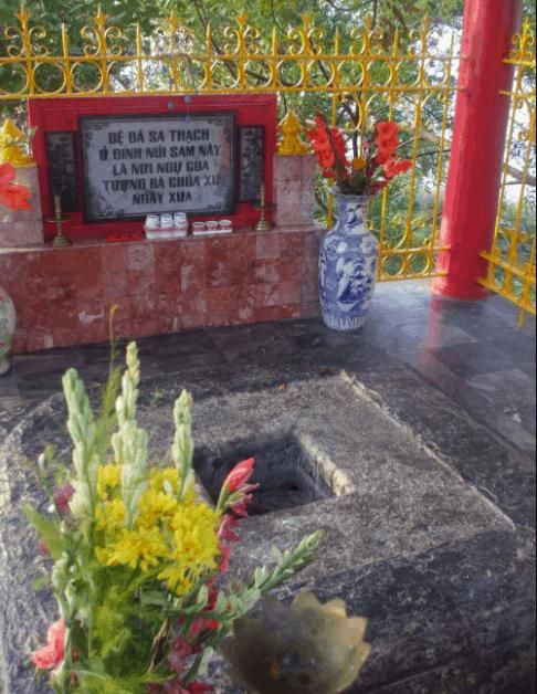 Hình ảnh nơi ngự của tượng Bà Chúa Xứ trên đỉnh núi Sam