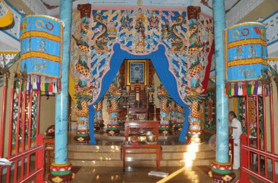 Không gian bên trong chùa Thánh Thất Dương Đông