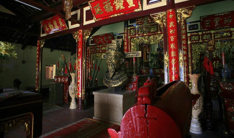 Không gian bên trong đền thờ Thoại Ngọc Hầu