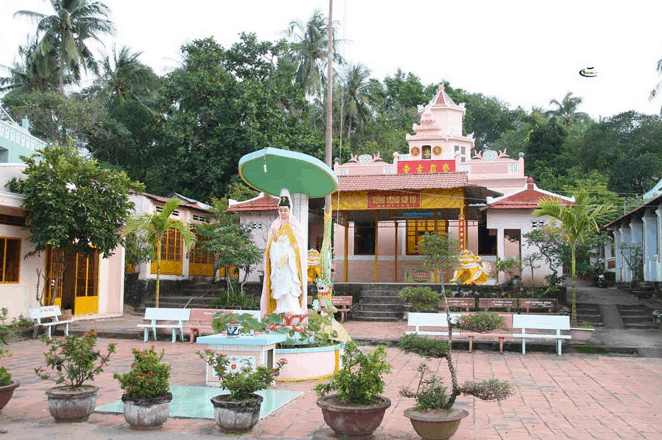 Không gian sân chùa Sùng Hưng