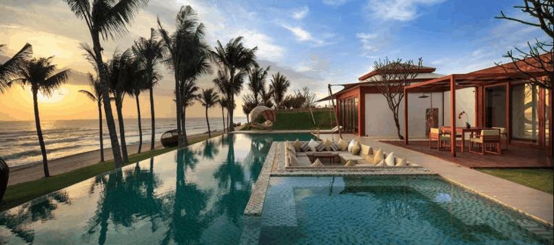 Khu bể bơi ngoài trời gần biển tại Fusion Phu Quoc