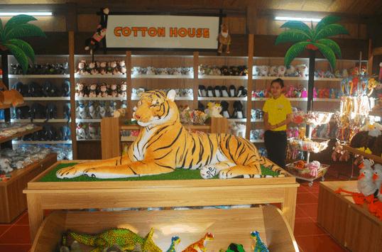 Khu vực bán quà lưu niệm tại vườn thú Vinpearl Safari