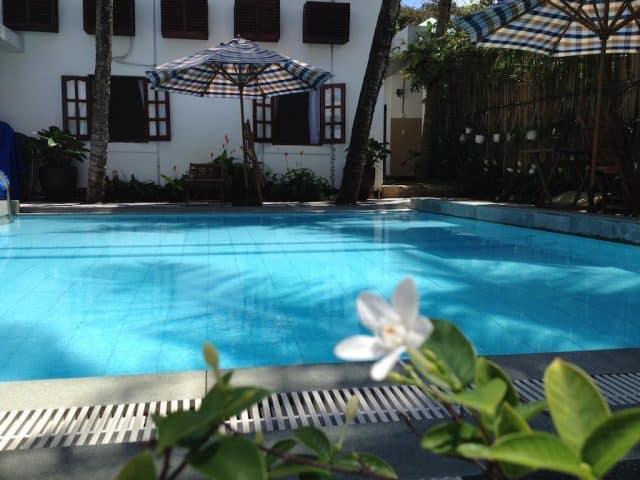 Khu bể bơi ngoài trời tại khách sạn Lavita (Ảnh ST)