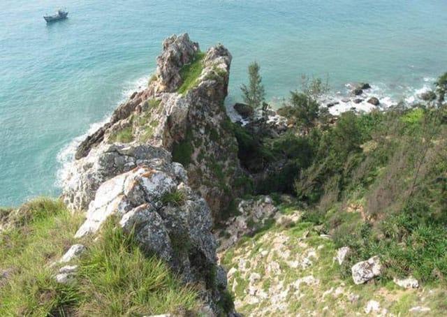 Đứng trên đỉnh Mũi vi rồng và ngắm nhìn toàn cảnh thiên nhiên hùng vĩ (Ảnh ST)