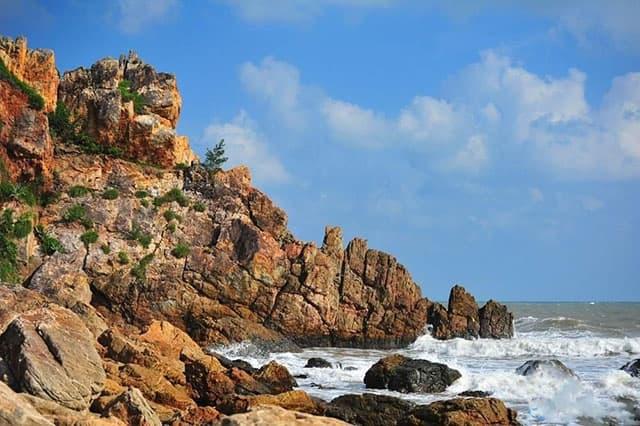Bao quanh ghềnh đá nhô ra biển là quần thể bãi đá cũng nhô lên kì thú (Ảnh ST)