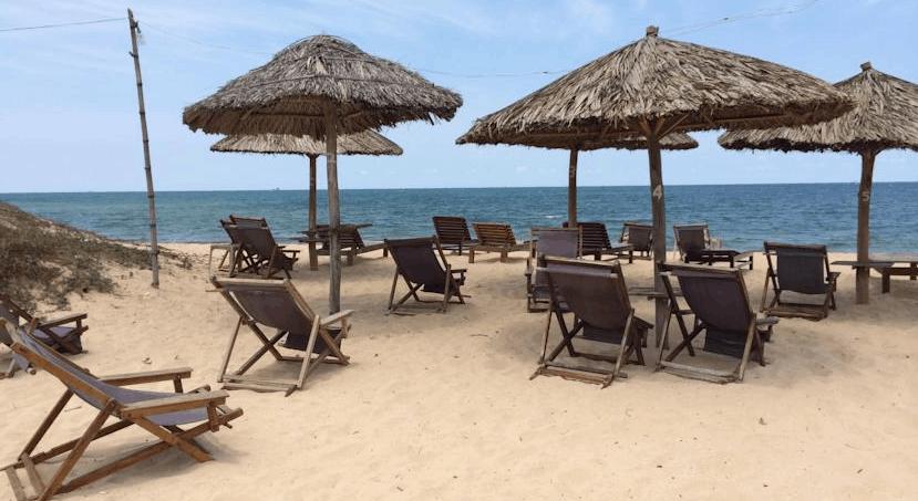 Nghỉ ngơi, thư giãn tại bãi biển gần khách sạn Thái Tân Tiến