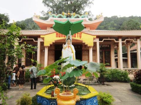 Ở sân chùa Sư Muôn có đặt một bức tượng bồ tát