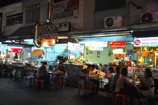 Một trong những con phố ẩm thực hấp dẫn cho du khách du lịch Thái Lan tự túc (ẢNH ST)