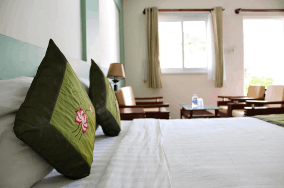 Phòng nghỉ tại Mỹ Lan Hotel được trang bị đầy đủ đồ dùng