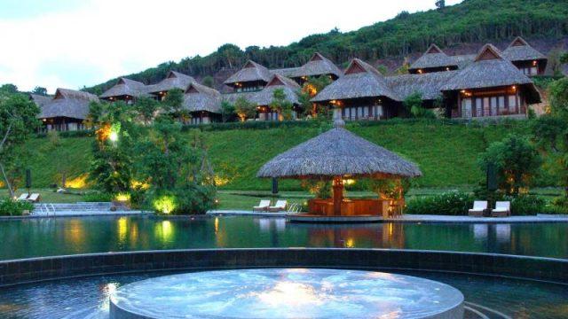 Merperle Hòn Tằm Nha Trang mang vẻ đẹp lãng mạn và càng được tô điểm thêm bởi dãy bungalow mái tranh nép mình giữa thiên nhiên cây cỏ (Ảnh ST)