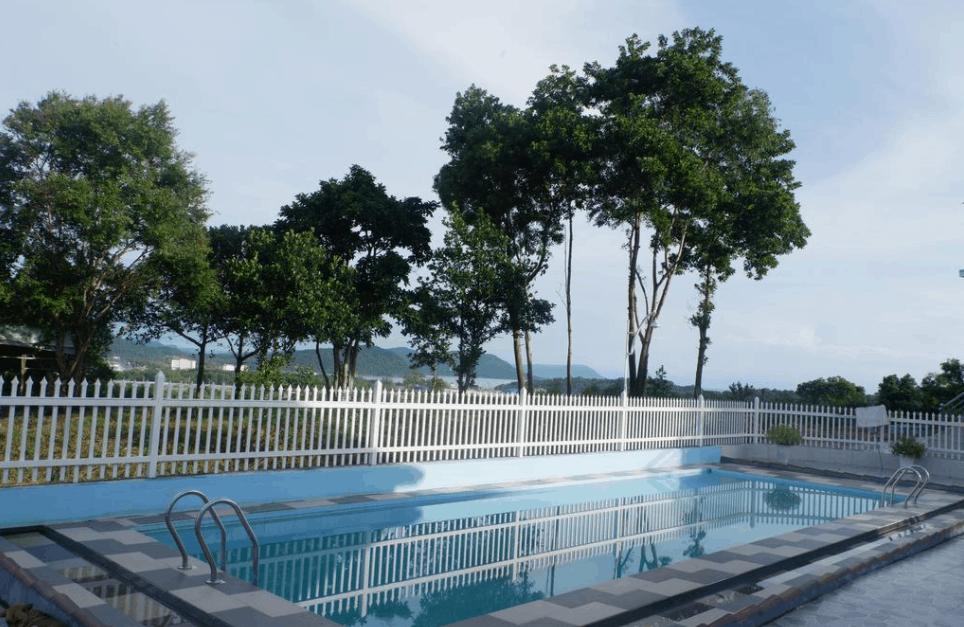 Tại khuôn viên khách sạn Hạnh Mai có bể bơi ngoài trời