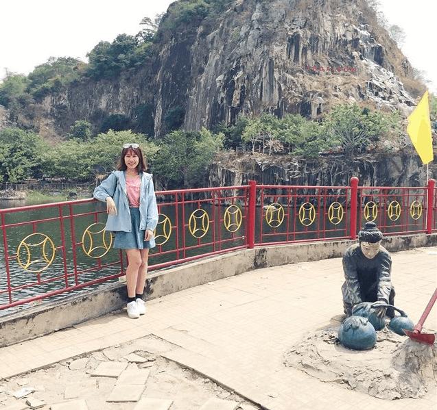 Tham quan và chụp hình tại núi Sập