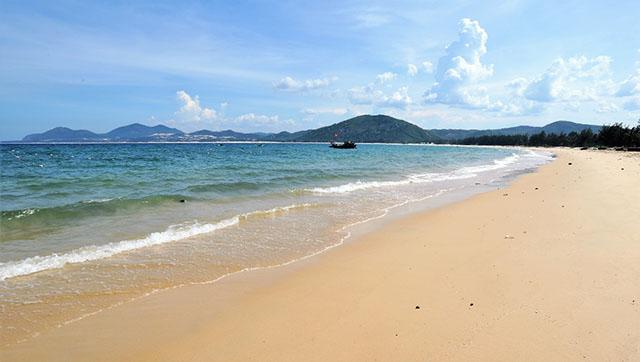 Từ Nham là bãi biển dài, rộng bậc nhất tỉnh Phú Yên, với chiều dài khoảng 8km, rộng từ 100 – 200m (Ảnh ST)