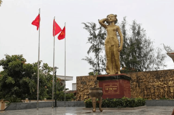 Tượng đài chị Võ Thị Sau tại quê nhà Đất Đỏ