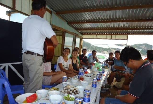 Du khách thưởng thức đồ ăn tại nhà nghỉ (Ảnh ST)