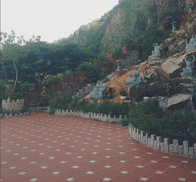 Hình ảnh sân chùa Quân Âm Các