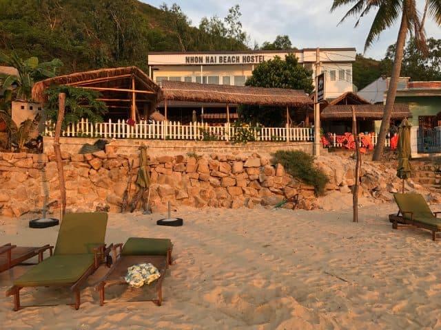 Hostel nằm sát bờ biển (Ảnh ST)