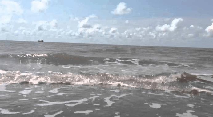 Nước biển Thạnh Phú không được trong nhưng rất sạch và mát