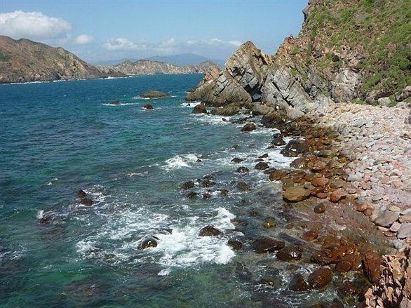 Bãi đá đẻ độc đáo trên đảo (Ảnh ST)