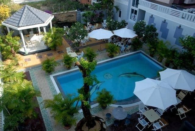 Bể bơi trong khuôn viên khách sạn Hùng Vương (Ảnh ST)