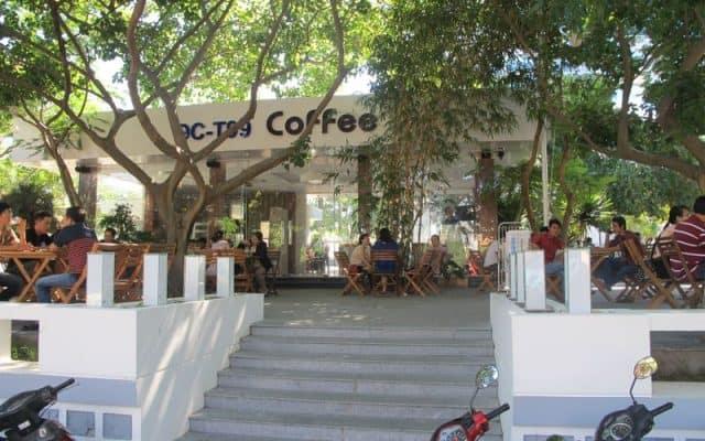 Quán cà phê rộng rãi ngay trong khuôn viên khách sạn (Ảnh ST)