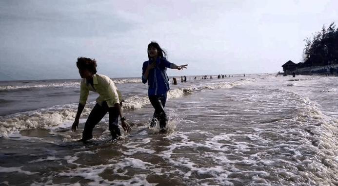 Nhiều bạn trẻ lựa chọn biển Thạnh Phú là điểm vui chơi