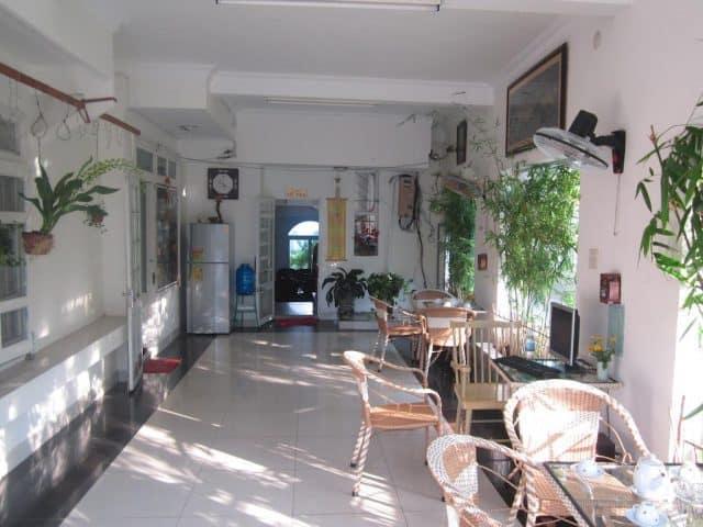 Quán cà phê trong khách sạn Nhiệt Đới (Ảnh ST)