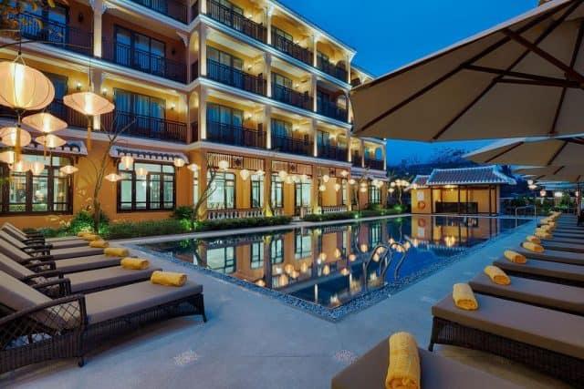 Tất cả các phòng nghỉ tại khách sạn đều có ban công riêng, đồ nội thất bằng gỗ và TV truyền hình cáp màn hình phẳng (Ảnh ST)