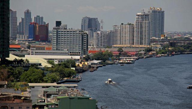 Những ngôi nhà cao tầng dọc hai bên bờ sông (Ảnh ST)