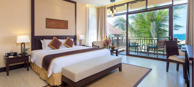 Phòng được trang trí bằng khung rèm gỗ, màn cửa bằng vải mỏng, tạo thành một khung cảnh lãng mạn. (Ảnh ST)