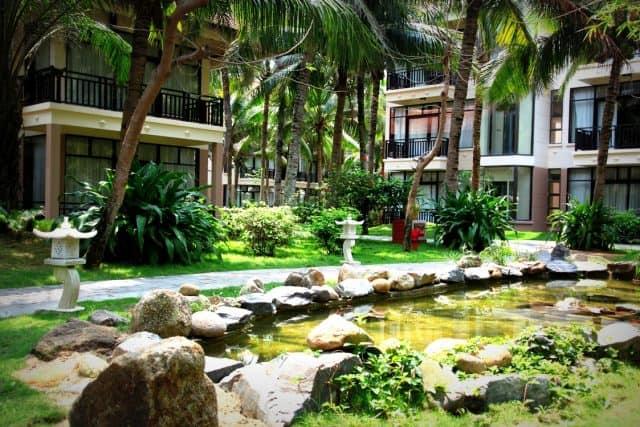 Golden Sand Resort có 212 phòng được thiết kế trang nhã, mang tính thẩm mỹ cao bằng các vật liệu tự nhiên như gỗ và đá granite, tạo sự sang trọng. (Ảnh ST)