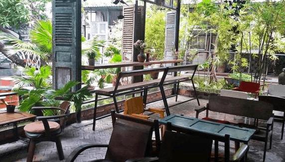 Quán cafe Store 8 có không gian xanh mát, cổ kính