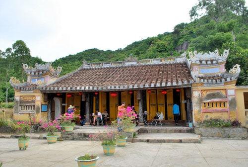 Trước hiên chùa là hệ thống cửa với 3 bộ cửa lớn, mỗi bộ có 4 cánh cửa ngăn cách không gian giữa bên trong chùa và ngoài sân (Ảnh ST)