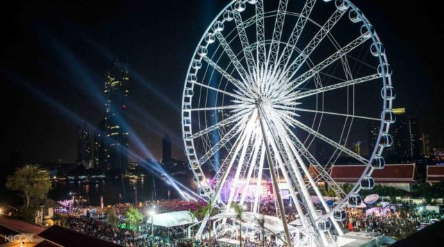 Vòng quay khổng lồ để ngắm cảnh thành phố từ trên cao cực lãng mạn (ẢNH ST)