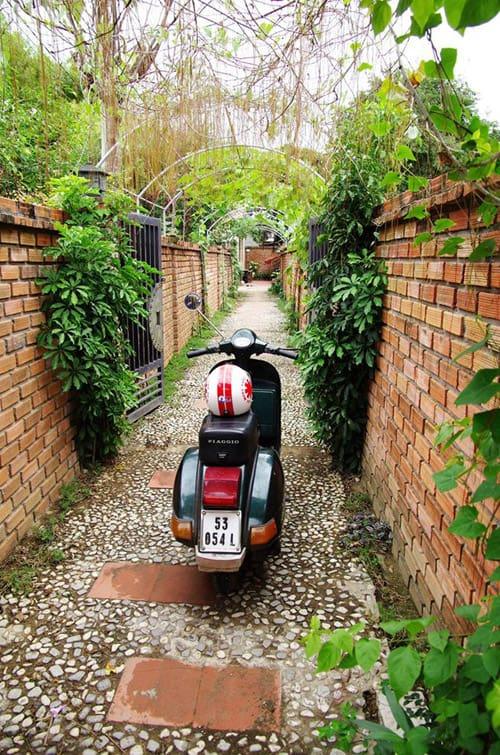 Cổng vào với khung vòm trồng cây dây leo che phủ (Ảnh: sưu tầm)