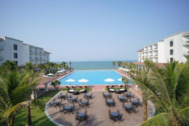 Resort có 2 nhà hàng, quầy bar và hồ bơi lớn ngoài trời (Ảnh ST)