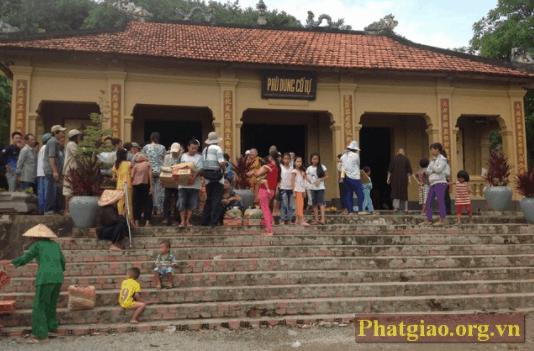 Người dân kéo đến hành hương tại chùa