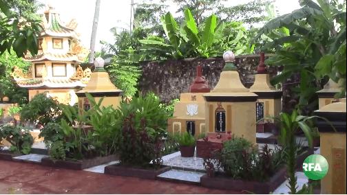 Những ngôi mộ trong chùa