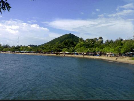 Bãi biển Mũi Nai thu hút khá nhiều du khách đến tắm biển