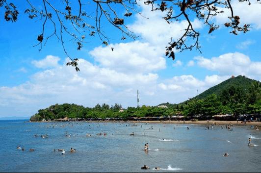 Rất đông người tắm biển ở bãi biển Mũi Nai Hà tiên