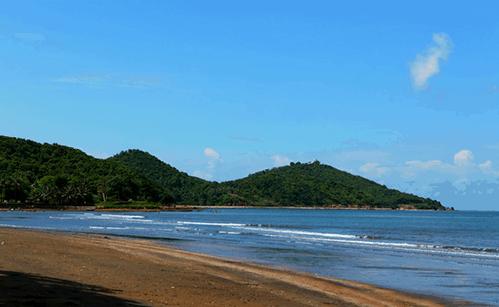 Biển Mũi Nai với bãi cát nâu sậm