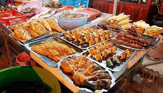 Các quầy bán đồ ăn ở chợ đêm