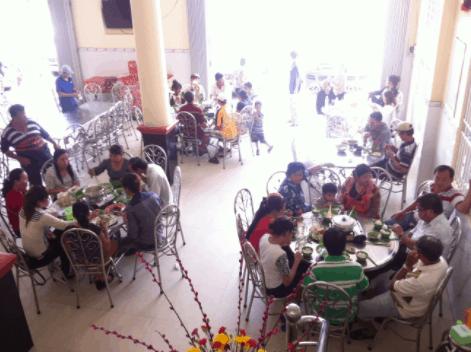 Quán cơm Hiền lúc nào cũng đông khách