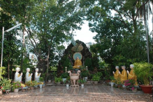 Một góc khuôn viên chùa