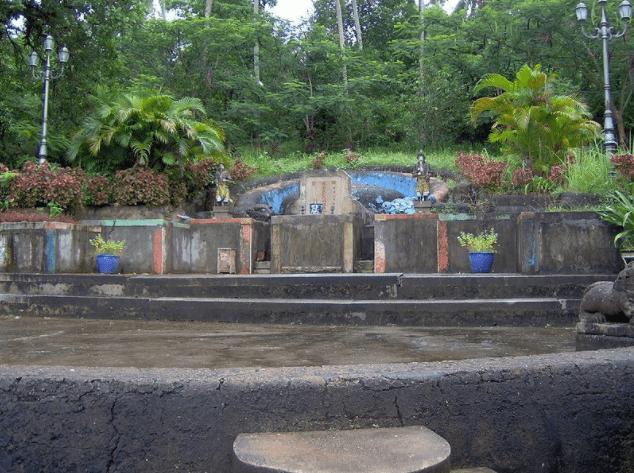 Phần lăng mộ được chia ra làm các khu riêng