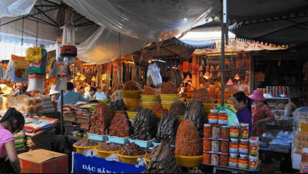 Các quầy hàng trong chợ