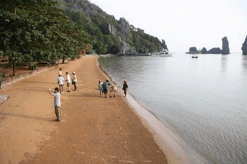 Du khách kết hợp thăm chùa Hang lẫn hòn Phụ Tử